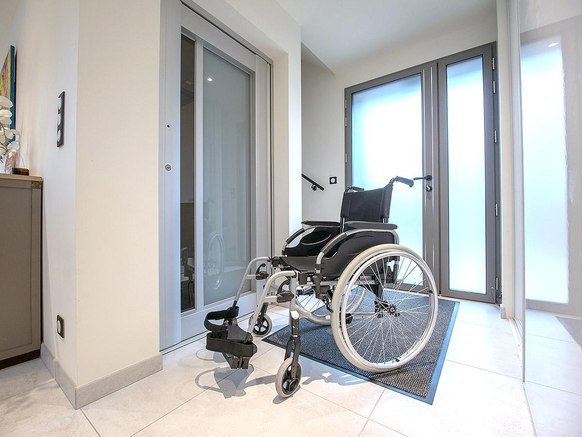 En fauteuil, montez à l'étage grâce à un ascenseur PMR.