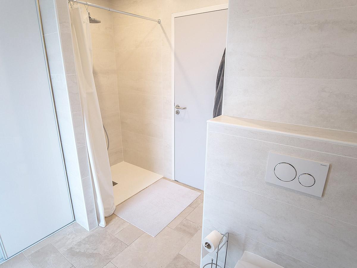 Salle d'eau et WC directement dans l'espace Piscine