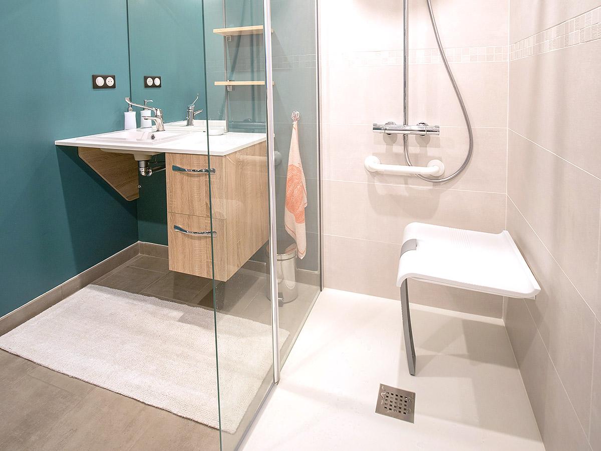 Salle de douche spacieuse et équipée PMR.