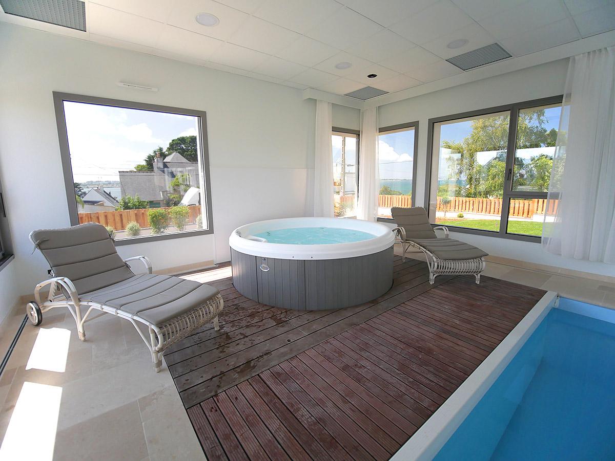 Le Spa peut accueillir 4-5 personnes pour un moment de détente.